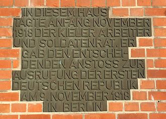 Kiel mutiny - Plaque at the union house in Kiel saying that the workers' and soldiers' council gathered here during the sailors' mutiny and gave the decisive impulse for the proclamation of the first German republic