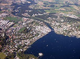 Luftbildaufnahme von Gmunden mit Schloss Ort