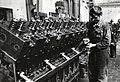 HUA-169926-Afbeelding van een monteur van de hoofdwerkplaats van de NS te Tilburg bij een dieselmotor.jpg