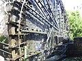 Hama, Norias (hölzerne Schöpfräder) schaufeln quietschend das Wasser aus dem Orontes in die Aquädukte (37989146634).jpg