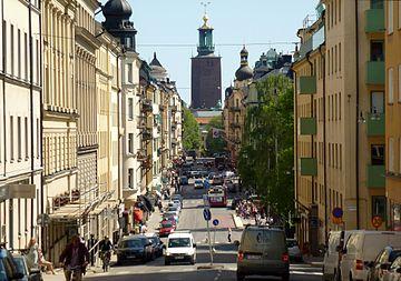 Hantverkargatan mot ost med Stockholms stadshus i fonden.