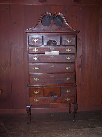English: Chest of drawers in the Herkimer Hous...