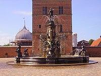 Hilleröd Schloss Frederiksborg Brunnen 3.JPG