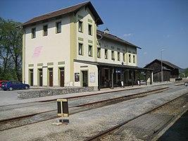 Der Horner Bahnhof von der Gleisseite gesehen.