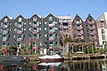 Houses at the canals in Amsterdam (25674490163).jpg