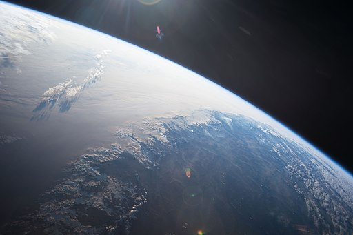 La Terra dalla Stazione Spaziale Internazionale, 2014. Foto di NASA/Samantha Cristoforetti, pubblico dominio via Wikimedia Commons