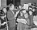 Intekenbiljetten uitgereikt aan de schoolkinderen voor de nieuwe kinderpostzegel, Bestanddeelnr 914-3857.jpg