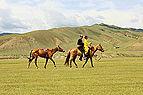 Jeźdźcy na stepie przed rozpoczęciem lokalnego festiwalu Naadam (01).jpg