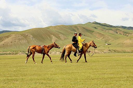 Jeźdźcy na stepie przed rozpoczęciem lokalnego festiwalu Naadam (01)