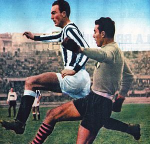 John Hansen (footballer, born 1924) - Hansen in action with bianconeri during the 1951–52 season