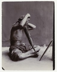 KITLV 34285 - Sem Céphas - Javanese man working on the buttons of his kerchief - Around 1900.tif