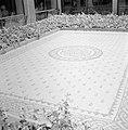 Kunstwerk in tegels op de grond in de patio van een universiteitsgebouw, vermoed, Bestanddeelnr 255-2420.jpg