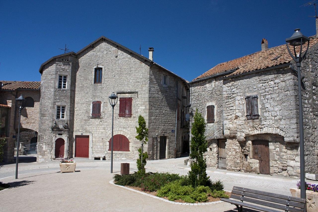 Le bourg chef-lieu de la commune: place des Templiers