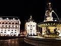 La place de la bourse et la fontaine des Trois Grâces à Bordeaux la nuit.jpg