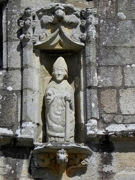 Église Saint-Loup de Lanloup (22). Statue de Saint-Loup au pignon du porche sud.