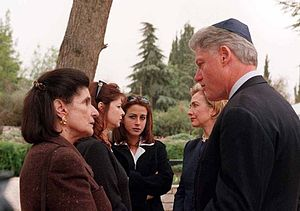 Leah Rabin - Leah Rabin and her family meet with Bill and Hillary Clinton, 1998