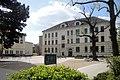 Blick auf den Schulhof und das Gebäude der Grundschule in Leipzig-Holzhausen