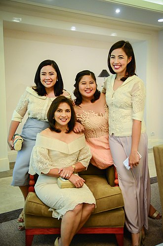 Leni Robredo - Robredo with her daughters.