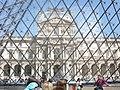 Louvre skrz skleněnou pyramid - panoramio.jpg