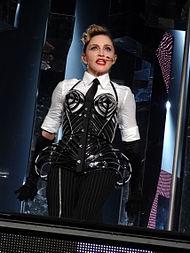 Madonna interpretando «Vogue», utilizando un nuevo modelo del corsé de conos, en  2012.
