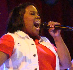 English: Amber Riley as Mercedes Jones, perfor...