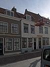 foto van Huis met lijstgevel onder een dak met nr 43
