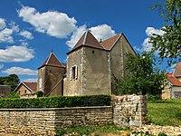 Montagney, ancien presbytère avec tours-pigeonniers.jpg