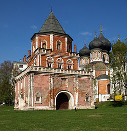 Moscow, Tsar Court in Izmailovo - Tower and Cathedral.jpg