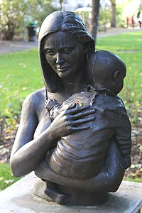 Mother and child sculpture, Queen Square.JPG