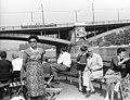 Női porté egy hajón, a Margit hídnál, 1965. Fortepan 60964.jpg