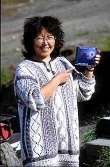 Als Inuit Inuktitut Menschen bezeichnen sich diejenigen Volksgruppen die im arktischen Zentralund Nordostkanada sowie in Grönland leben Wissenschaftlich werden sie auch als NeoEskimos bezeichnet Aussagen zur Kultur der Inuit beschränken sich dementsprechend im Wesentlichen auf diese Regionen immer wieder ergeben sich dabei jedoch auch Parallelen zu anderen im hohen Norden