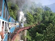 I passeggeri di un treno su un ponte della Nilgiri Mountain Railway, tra Mettupalayam e Ootacamund, a Tamil Nadu, India