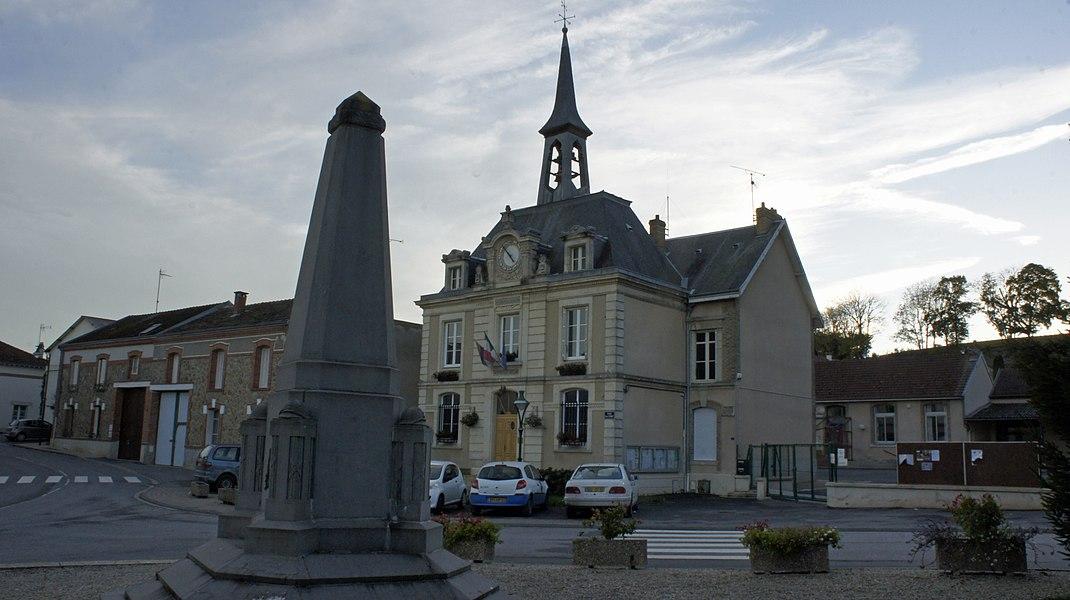 La mairie et le monument aux morts au village de Nogent-l'Abesse.