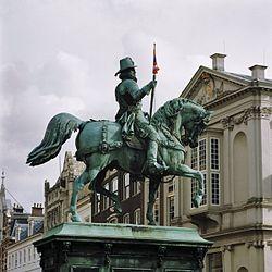 Overzicht linkerzijde ruiterstandbeeld Willem van Oranje - 's-Gravenhage - 20363337 - RCE.jpg
