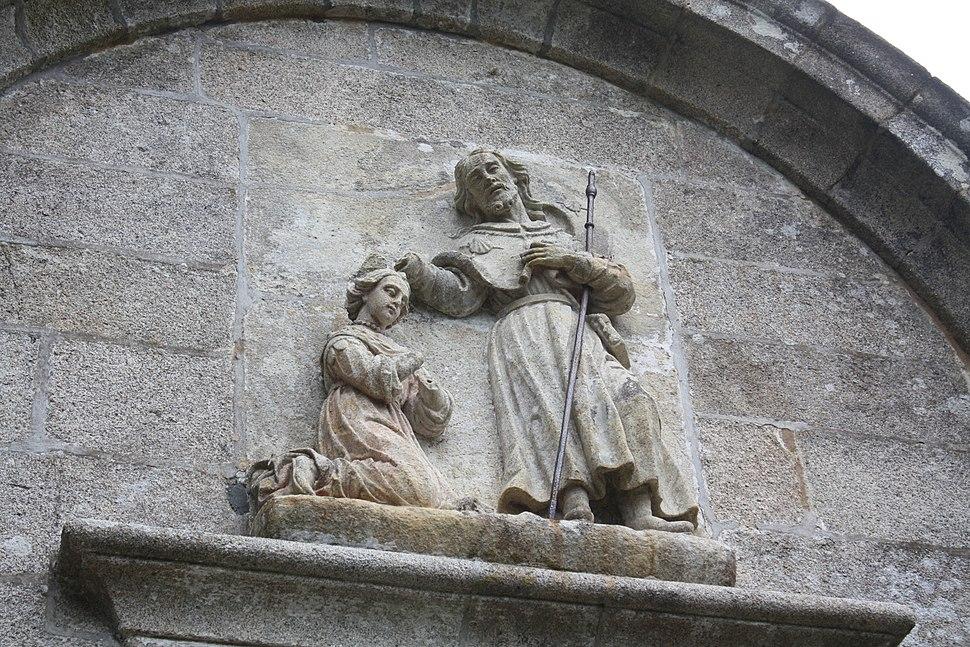 Relevo na fachada da capela do Santiaguiño do Monte.
