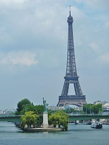 View of the Île aux Cygnes with the copy of the Statue of Liberty, in the background the Eiffel Tower (June 2011)