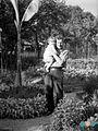 Peter Naglič s hčerko Katarino na domačem vrtu leta 1935.jpg