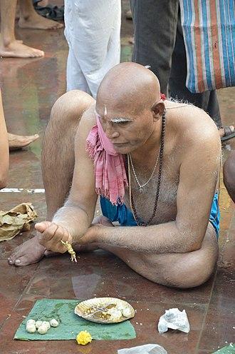 Pitru Paksha - Image: Pinda Daan Jagannath Ghat Kolkata 2012 10 15 0703