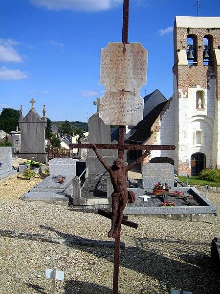 Pont-de-Metz (Somme, France) - Tombe du cimetière et église Saint-Cyr et Sainte-Julitte. Tombe ancienne GUÉNARD - ANDRIEUX - ROGEAUX, derrière laquelle on aperçoit à gauche, dans une autre rangée, la pierre tombale BULTHÉ - DE SAINT-RIQUIER aux caractères en blanc. Sur la même rangée à doite, les noms gravés sur l'autre tombe sont ici illisibles sur cette photo (caractères dorés).   Camera location  49°52′56.84″N, 2°14′29.19″E  View this and other nearby images on: OpenStreetMap - Google Earth    49.882455;    2.241442