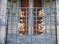 Praha, Pražský hrad, dekorace mříže Zlatého portálu.JPG
