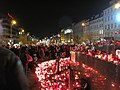 Praha, Václavské náměstní, svíčky pro Václava Havla, úterý, lidé zapalují.JPG