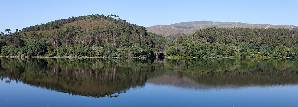 Río Miño antes de desembocar o Arnoia. A Arnoia. Galiza