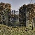 Rechts achter begraafplaats een toegangshek, gezicht van buiten naar binnen - Leek - 20367471 - RCE.jpg