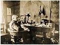 Roald Amundsen i arbeidsrommet på Uranienborg, 1910 (5077123231).jpg