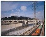 ЮЖНАЯ СТОРОНА ПРОЕЗДНОГО МОСТА НА ПЕРЕСЕЧЕНИИ РЕКИ ЛОС-АНДЖЕЛЕС. СМОТРЕТЬ НА СЕВЕРО-ЗАПАД. ЭЛИСИАНСКИЙ ПАРК ВИДЕТСЯ В ЦЕНТРЕ СЗАДИ - Северный Бродвейский мост, Лос-Анджелес, округ Лос-Анджелес, Калифорния, HAER CA-274-15 (CT) .tif