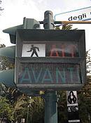 Semaforo pedonale italiano di vecchio tipo, con le scritte ALT-AVANTI