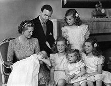Il principe Gustavo Adolfo, duca di Västerbotten, la moglie Sibilla, le figlie maggiori ed il piccolo Carlo Gustavo in braccio alla madre, in una fotografia del 1946