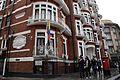 Simpatizantes de Julian Assange se reúnen en los exteriores de la embajada ecuatoriana en Londres. (9056781847).jpg