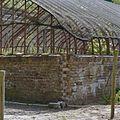 Slecht muurgedeelte op hoek van vrijstaande ijzeren kas - Vogelenzang - 20406340 - RCE.jpg