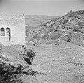 Soldaat en kinderen bewerken de bodem van de terrassen van het dorp Ain Karem (E, Bestanddeelnr 255-0740.jpg